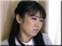 Azumi 沒有表情被擠壓的女人