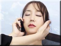裡娜 和一個男人在電話上玩